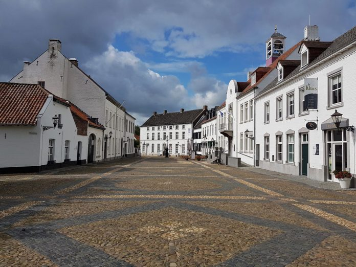 Stadsgezicht en plein in het witte stadje Thorn
