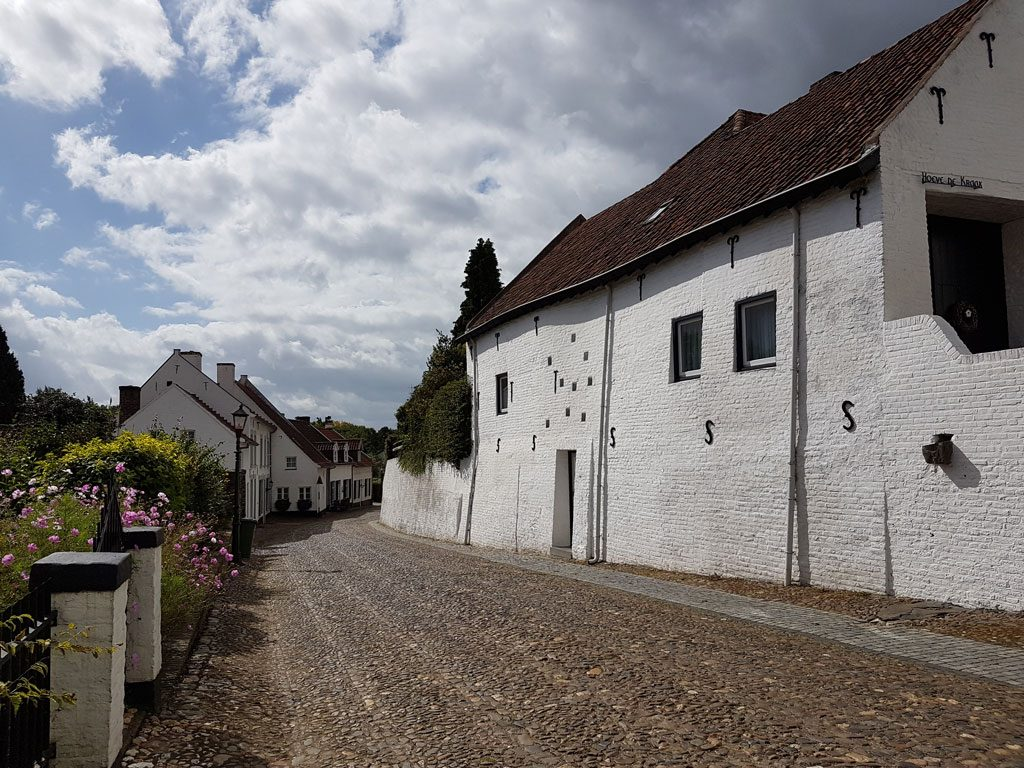 Prachtige straatjes met witte huizen in Thorn