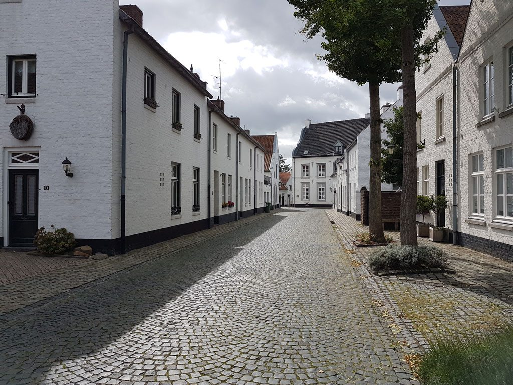 Alleen maar witte huizen in het witte stadje Thorn