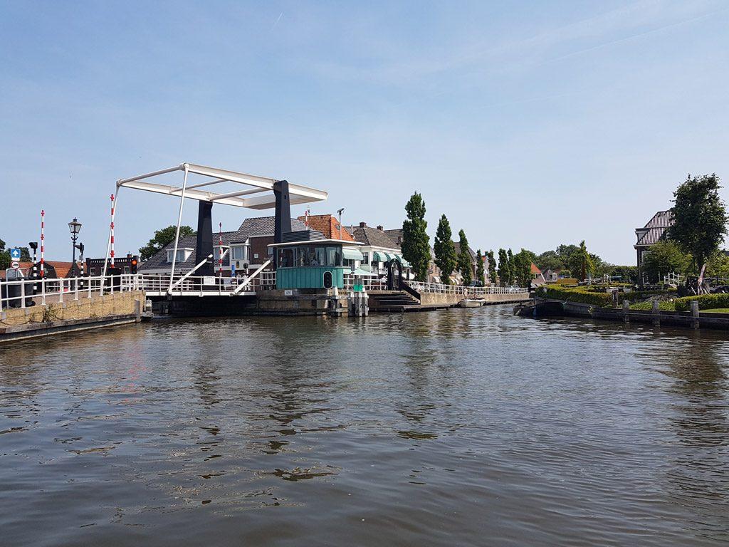 Het oude stadscentrum aan rivier de Geeuw in IJlst