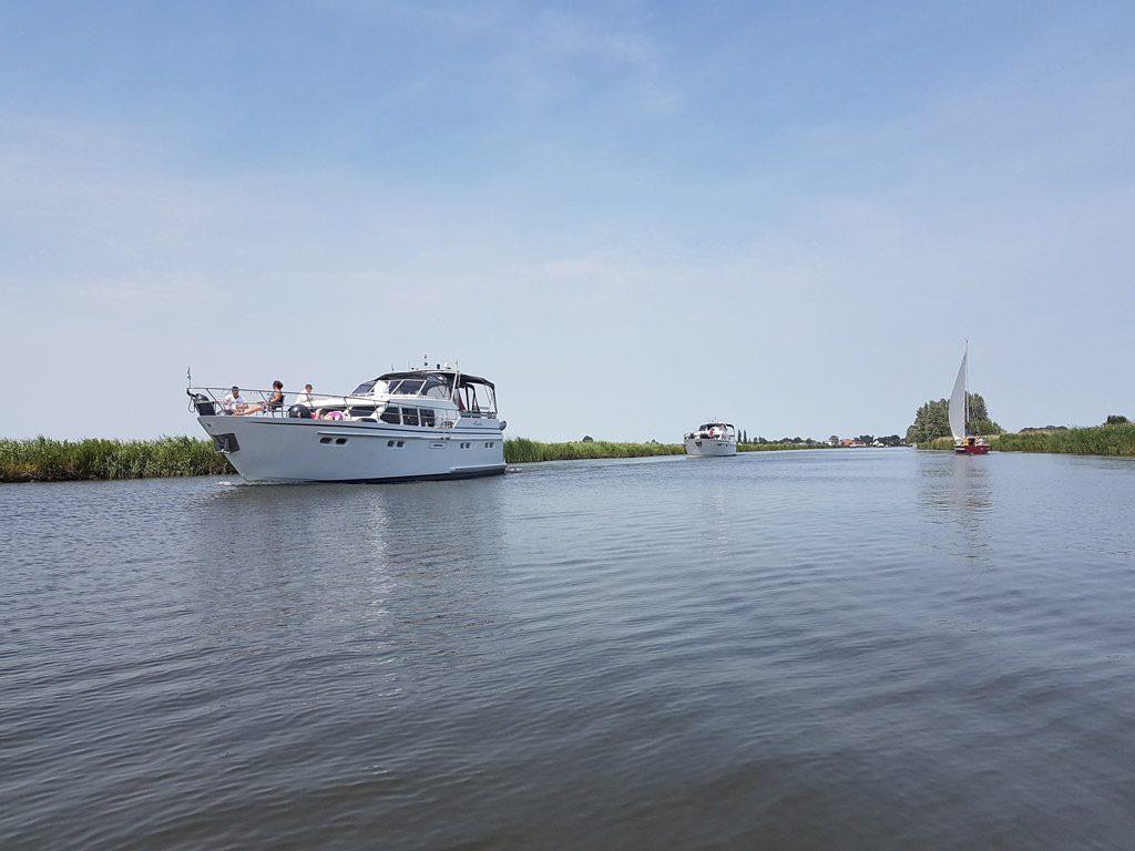 De mooiste plezierjachten varen voorbij in Friesland