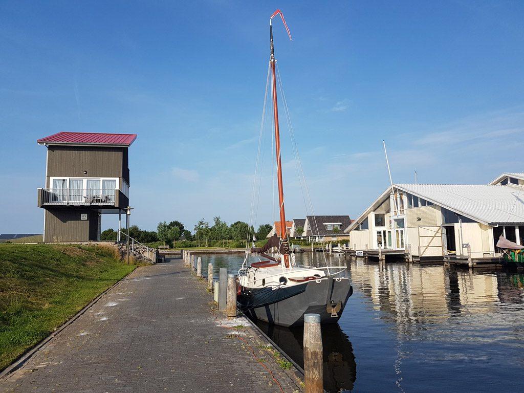 De unieke dijkwoning op het havenhoofd bij Havenresort Terherne