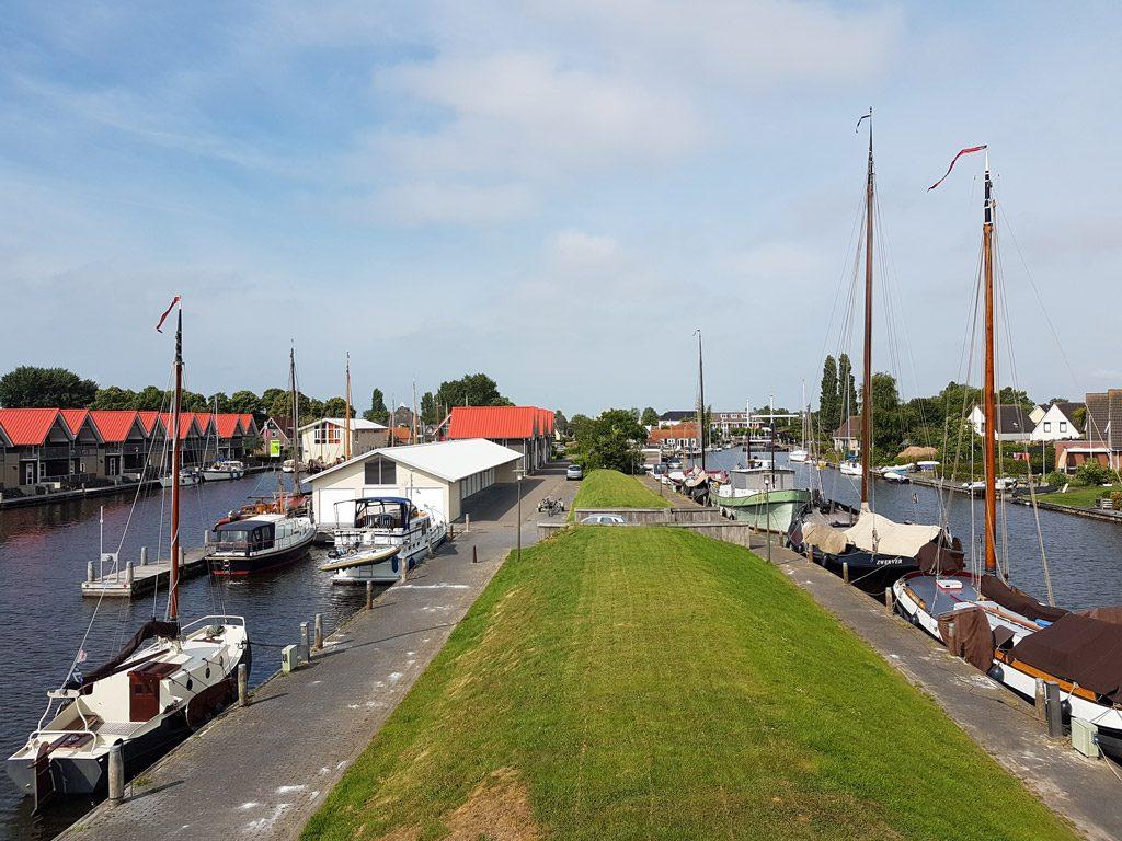 Het uitzicht vanaf de woonkamer in Havenresort Terherne
