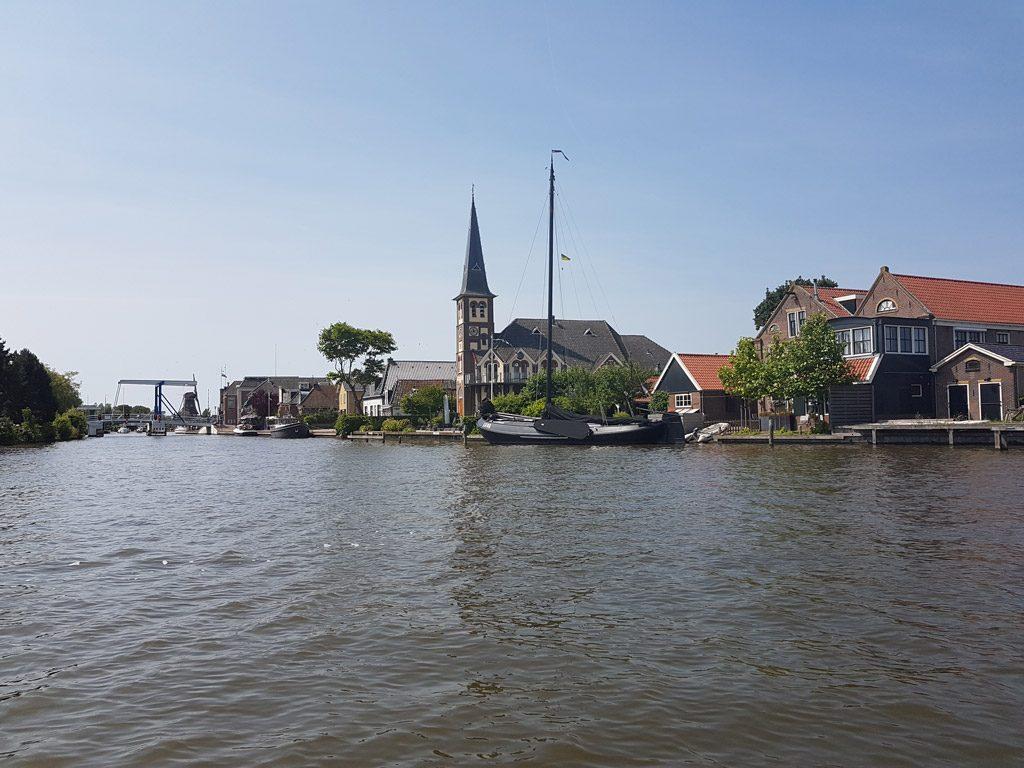 Watersport dorp Woudsend vanaf het water
