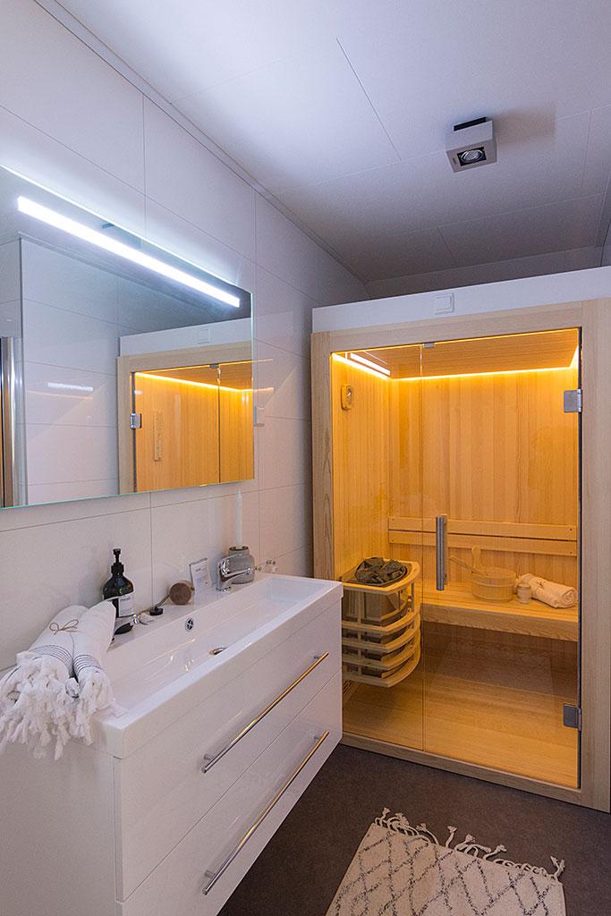 Badkamer met Sauna Wellness Lodge Droomparken de Zanding